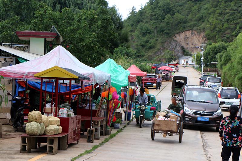 7月3日,在山邑社区,村民在沪滇帮扶的小餐饮车上售卖农特产品_副本.jpg