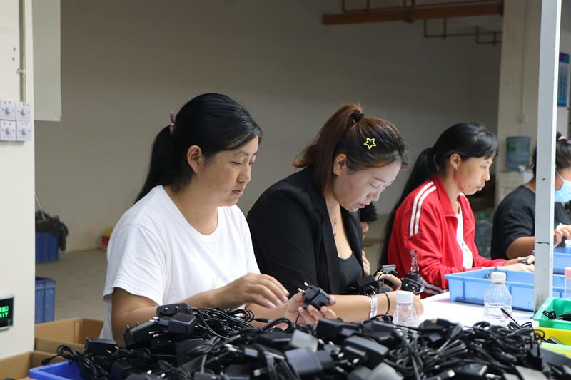 7月3日,在保山大华海瀚科技有限公司第一扶贫车间,蒋金美和工友们组装充电器_副本.jpg