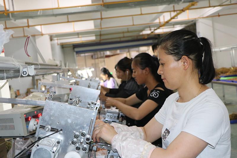 7月3日,在金义电子有限公司扶贫车间,杨春丽和工友们生产电子线圈 _副本.jpg