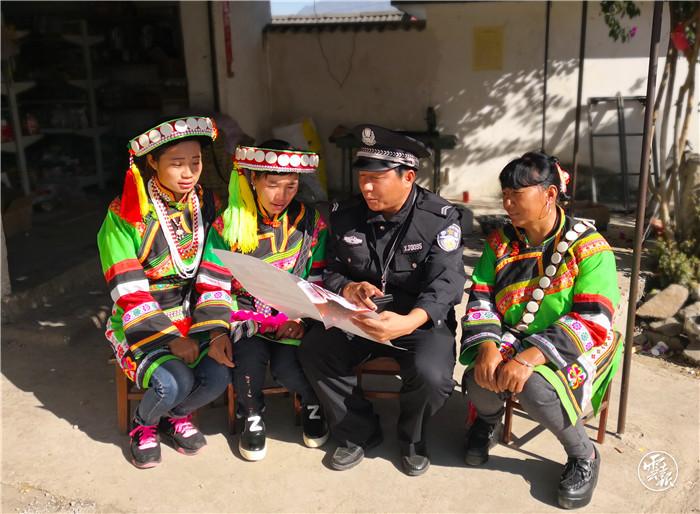 隆阳公安分局、4月社区民警深入少数民族村寨开展政策宣讲- 副本2.jpg